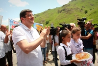 Ара Арутюнян встретил порядка 200 семей, прибывших в Арцах