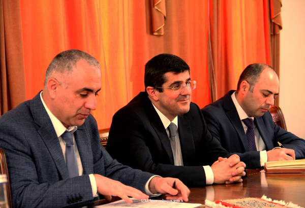 Arayik Harutyunyan received the priest of the Armenian community of