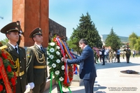 По случаю Дня Республики Арцах президент Арутюнян посетил Степанакертский мемориальный комплекс